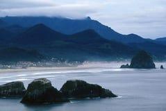 De kustlijn van het Strand van het kanon, Oregon Stock Foto's