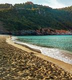 De kustlijn van het de zomerstrand Mooie blauwe overzees met bergen en rotsen Eiland zonder mensen stock fotografie