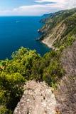 De kustlijn van Ligurië, in het Cinque Terre-gebied; in de voorgrond de trap die tot het geïsoleerde dorp van Monesteroli leiden stock foto