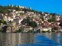 De Kustlijn van meerohrid, Ohrid-stad, Macedonië royalty-vrije stock foto's