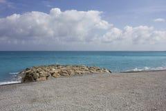 De kustlijn van Nice met een kleine rond klip, niemand stock fotografie