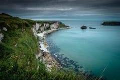 De Kustlijn van Noord-Ierland op de Wilde Atlantische Manier stock afbeeldingen