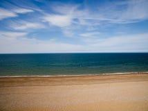 De kustlijn van Norfolk, zonnige dag bij het strand Stock Afbeeldingen