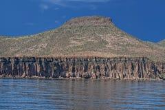 De kustrotsen en woestijn van Bajacalifornië Stock Foto's