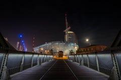 De kuststad van Bremerhaven bij nacht stock afbeeldingen