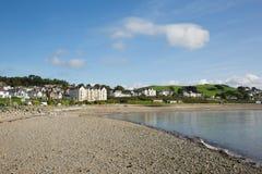 De kuststad van Cricciethwales het UK in de zomer met blauwe hemel op een mooie dag Stock Foto