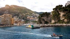 De kustwacht berijdt boot langs oever, ongevallenpreventie in het zwemmen seizoen stock foto