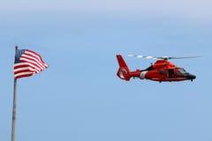 De Kustwacht Helicopter van de V.S. met de Vlag van de V.S. Royalty-vrije Stock Foto