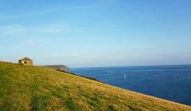 De kustwacht let op post dichtbij Porthlune-inham in de afstand Zuidwesten kustweg Zuid-Cornwall Royalty-vrije Stock Foto's