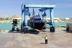 De kustwacht van de Spaanse Douane over een travelift vóór gaat naar het water royalty-vrije stock foto