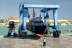 De kustwacht van de Spaanse Douane over een travelift vóór gaat naar het water stock fotografie
