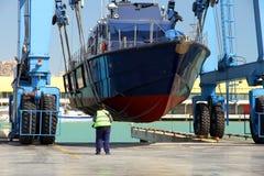 De kustwacht van de Spaanse Douane over een travelift vóór gaat naar het water stock foto's