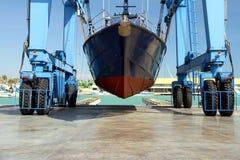 De kustwacht van de Spaanse Douane over een travelift vóór gaat naar het water royalty-vrije stock afbeeldingen