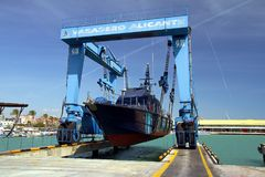De kustwacht van de Spaanse Douane over een travelift vóór gaat naar het water royalty-vrije stock afbeelding