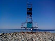 De kustzone van het Witte overzees bij Kaapbeloega, het letten op torenblagami, Solovetsky-Eilanden, Arkhangelsk oblast, Rusland stock foto's