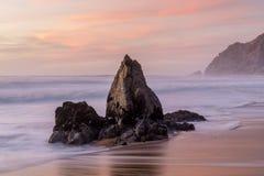 De kustzonsondergang van de rotsstapel in Gray Whale Cove State Beach royalty-vrije stock afbeeldingen