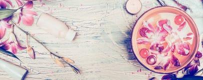 De kuuroordachtergrond met orchidee bloeit en wellnesshulpmiddelen op sjofele elegante houten achtergrond, hoogste mening, banner Stock Foto