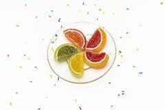 De kwabben van marmelade liggen op een transparante schotel en gebraden confect Royalty-vrije Stock Foto