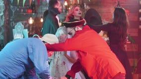 De kwade piraat met een haak bestrijdt een gekke arts met een bijl bij een Halloween-partij stock video