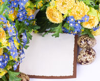 De kwartelseieren van Pasen en de lentebloemen Stock Foto