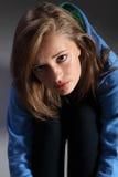 De kwesties van de tiener voor jong blonde meisje op vloer Stock Afbeelding