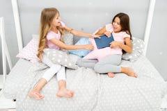 De kwesties van zustersrelaties Aandeelboek met vriend De kinderen in slaapkamer willen gelezen het gelijk maken van sprookje Dit royalty-vrije stock foto's