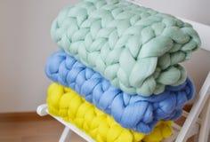 De lã azul da manta do amarelo cor-de-rosa gigante da hortelã feito malha Imagem de Stock