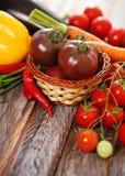 De légumes toujours durée à l'arrière-plan en bois photo stock