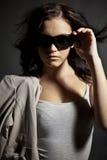 De l'adolescence à la mode dans des lunettes de soleil photographie stock libre de droits