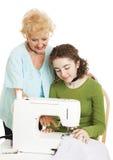 De l'adolescence apprend du grand-mère images libres de droits