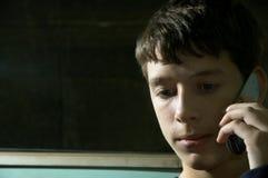 De l'adolescence au téléphone image stock