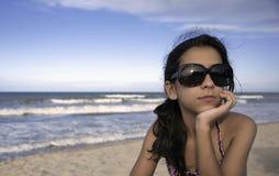 De l'adolescence avec des glaces de Sun photographie stock