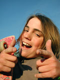 De l'adolescence avec l'assiette renonçant à des pouces Images stock