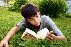 De l'adolescence avec le livre Image stock