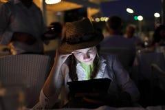 De l'adolescence avec le PC de tablette Photo libre de droits