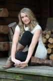 De l'adolescence blond sur le porche photographie stock libre de droits