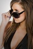 De l'adolescence d'une chevelure de stupéfaction Brown dans des lunettes de soleil Photographie stock