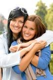 De l'adolescence et sa mère embrassant coller à l'extérieur Photos stock