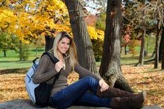De l'adolescence femelle avec le sac à dos - automne Image stock