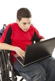 De l'adolescence handicapé sur l'ordinateur portatif - choqué Photos libres de droits