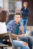 De l'adolescence jaloux et ses amis après conflit Images libres de droits
