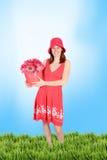 De l'adolescence mignon dans une robe de bigorneau dans l'herbe photo libre de droits