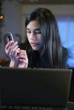 De l'adolescence sur l'ordinateur portatif et le téléphone portable 2 images stock