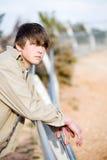 De l'adolescence sur la verticale de frontière de sécurité Photo stock