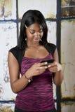 De l'adolescence sur le portable texting Image libre de droits