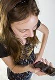 De l'adolescence sur le téléphone portable photographie stock