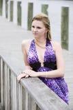 De l'adolescence sur un dock Photos stock