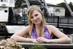 De l'adolescence sur un dock Photo libre de droits