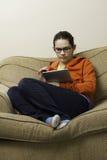 De l'adolescence sur une tablette Image libre de droits