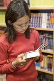 De l'adolescence veut acheter des livres image libre de droits